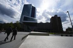Le siège de la BCE à Francfort. Les établissements bancaires européens de moindre importance n'étant pas concernés par les tests de résistance paneuropéens organisés par l'Autorité bancaire européenne (ABE) seront soumis à des examens distincts mis en oeuvre par la Banque centrale européenne, a déclaré lundi la présidente de l'organe de supervision de la BCE. /Photo prise le 3 septembre 2015/REUTERS/Ralph Orlowski