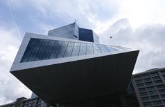 Штаб-квартира ЕЦБ во Франкфурте-на-Майне. 3 сентября 2015 года. Европейский центробанк может продлить и модифицировать программу скупки активов, направленную на ускорение инфляции и стимулирование роста в еврозоне, сказал глава Банка Испании Луис Мария Линде во вторник. REUTERS/Ralph Orlowski