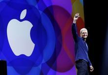 El presidente ejecutivo de Apple, Tim Cook, saluda al entrar al escenario durante una conferencia de desarrolladores en San Francisco, California, 8 de junio de 2015. El nuevo servicio de música en streaming de Apple ha sumado más de 6,5 millones de usuarios de pago, dijo el lunes el presidente ejecutivo del gigante tecnológico, Tim Cook. REUTERS/Robert Galbraith