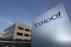 Yahoo a publié mardi un bénéfice (15 cents par action) et un chiffre d'affaires (1,26 milliard de dollars) trimestriels inférieurs aux attentes, des résultats qui illustrent les difficultés de la directrice générale Marissa Mayer à redresser le groupe. /Photo d'archives/REUTERS/Denis Balibouse