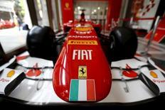 Ferrari, qui fera mercredi son entrée en Bourse de New York, a fixé le prix d'introduction de son action à 52 dollars, soit tout en haut de la fourchette indicative, a-t-on appris mardi de source proche de l'opération. Ce prix valorise la marque au cheval cabré à environ 9,8 milliards de dollars. /Photo prise le 20 octobre 2015/REUTERS/Ivan Alvarado