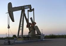 Una unidad de bombeo de crudo operando cerca de Guthrie, EEUU, sep 15, 2015. Los inventarios de petróleo en Estados Unidos subieron por segunda semana consecutiva porque un alza de las importaciones más que contrarrestó un pequeño aumento de la actividad de refinación, según datos de la Administración de Información de Energía publicados el miércoles.   REUTERS/Nick Oxford