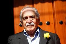 Imagen de archivo del escritor Gabriel García Márquez a las afueras de su casa en Ciudad de México, mar 6, 2014. Una biblioteca de la Universidad de Texas abrió el miércoles para la investigación su colección de material personal del premio Nobel colombiano Gabriel García Márquez, cuyas historias acercaron Latinoamérica a lectores de todo el mundo.  REUTERS/Edgard Garrido/Files
