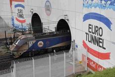 Eurotunnel annonce une progression de son chiffre d'affaires au troisième trimestre en dépit des perturbations du tunnel sous la Manche liée à la crise des migrants. Le groupe affiche ainsi un CA de 334,4 millions d'euros (+3% à périmètre comparable), dont 172,0 millions pour l'activité navettes (+3%). /Photo prise le 20 octobre 2015/REUTERS/Pascal Rossignol