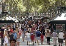Personas paseando por las Ramblas de Barcelona. La tasa de desempleo en España cayó a un 21,18 por ciento en el tercer trimestre de este año, mostraron el jueves datos del Instituto Nacional de Estadística, su menor nivel en poco más de cuatro años y por debajo del 22,37 por ciento del trimestre anterior. REUTERS/Albert Gea