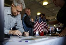 A job seeker fills out papers at a military job fair in San Francisco, California, August 25, 2015.  REUTERS/Robert Galbraith