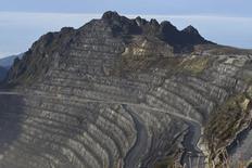 Un camión en un camino de la mina Grasberg de Freeport-McMoRan en Timika, Papúa, feb 15 2015. La minera estadounidense Freeport-McMoRan, presionada por los bajos precios de las materias primas, dijo que reduciría aún más la producción de cobre y molibdeno en momentos en que reportó pérdidas trimestrales mayores a lo esperado el jueves.    REUTERS/M Agung Rajasa/Antara Foto   Imagen para uso no comercial, ni ventas, ni archivos. Solo para uso editorial. No para su venta en marketing o campañas publicitarias. Esta fotografía fue entregada por un tercero y es distribuida, exactamente como fue recibida por Reuters, como un servicio para clientes.