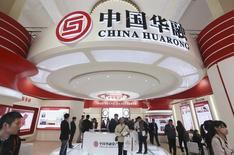 Стенд China Huarong Asset Management Co на выставке в Пекине. 30 октября 2014 года. Китайская государственная управляющая компания China Huarong Asset Management Co проводит IPO около нижней границы определенного ранее ценового диапазона, в результате чего объем привлечения составит 17,8 миллиарда гонконгских долларов ($2,3 миллиарда), сообщила IFR. REUTERS/China Daily