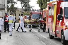 Медики везут на носилках пострадавшего в столкновении автобуса и грузовика во Франции. 23 октября 2015 года. По меньшей мере 42 человека погибли в результате столкновения автобуса и грузовика близ Бордо на юге Франции, сообщили чиновники. REUTERS/Regis Duvignau