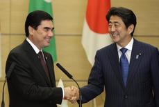 Президент Туркмении Курбанкули Бердымухамедов жмет руку японскому премьеру Синдзо Абэ на встрече в Токио. 11 сентября 2013 года. Япония и Туркмения в пятницу подписали контракты объемом более $18 миллиардов, сообщил японский премьер Синдзо Абэ в ходе визита в богатую энергоресурсами страну Центральной Азии. REUTERS/Shizuo Kambayashi/Pool