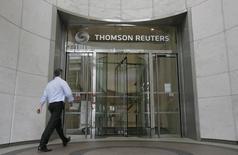 Thomson Reuters a fait état vendredi d'un chiffre d'affaires trimestriel (2,98 milliards) inférieur aux attentes, en partie du fait de la vigueur du dollar, le profit (293 millions de dollars) du groupe de collecte et de diffusions d'informations professionnelles ressortant en revanche au dessus du consensus. /Photo d'archives/REUTERS/Simon Newman