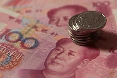 Монеты и банкноты китайского юаня. Пекин, 30 декабря 2010 года. Эксперты Международного валютного фонда (МВФ) согласны включить юань в корзину резервных валют наравне с долларом, иеной, евро и фунтом стерлингов, сообщили Рейтер источники, знакомые с ходом обсуждений этого вопроса. REUTERS/Petar Kujundzic