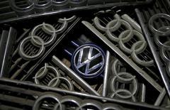 Volkswagen a annoncé lundi avoir embauché un ancien dirigeant d'Opel, branche européenne de General Motors, pour superviser sa stratégie. Thomas Sedran a assuré par intérim la présidence du directoire d'Opel en 2012-2013. Jusqu'en juin dernier, il présidait les marques Chevrolet et Cadillac de GM en Europe. Il prendra ses fonctions au sein du groupe de Wolfsburg le 1er novembre. /Photo prise le 29 septembre 2015/REUTERS/Dado Ruvic