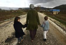 Савссан Абдельвахаб, бежавшая из сирийского города Идлиб, со своими детьми в лагере для беженцев близ турецко-сирийской границы в Яйладагы. По меньшей мере 120.000 человек были вынуждены покинуть дома в охваченных боевыми действиями сирийских провинциях Алеппо, Хама и Идлиб в этом месяце, что более чем в два раза превышает предыдущую оценку в 50.000, сообщила Организация Объединенных Наций. REUTERS/Zohra Bensemra