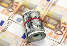 Une appréciation du dollar est sans doute la dernière des choses dont l'économie mondiale a besoin mais c'est précisément ce qui risque d'arriver. La hausse de près de 20% du dollar depuis l'été 2014 pèse en effet sur les exportations des Etats-Unis et les profits des entreprises américaines, y freinant la reprise économique. /Photo prise le 9 mars 2015/REUTERS/Dado Ruvic