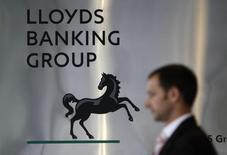 Мужчина проходит мимо головного офиса Lloyds Banking Group в Лондоне. 5 августа 2009 года. Lloyds Banking Group обязалась выплатить еще 500 миллионов фунтов стерлингов ($765 миллионов) в качестве компенсации страховок по кредитам. Таким образом, объем компенсаций составит 13,9 миллиарда фунтов стерлингов, в два раза выше, чем у любого другого банка. REUTERS/Stefan Wermuth/Files