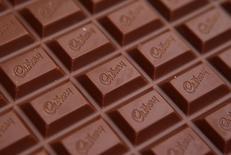 Mondelez International, le fabricant du chocolat Cadbury et des biscuits Oreo, a livré mercredi des résultats du troisième trimestre supérieurs aux attentes, sous l'effet de la diminution de ses coûts et de sa croissance organique sur les marchés émergents. Le bénéfice net part du groupe s'est établi à 7,26 milliards de dollars. /Photo d'archives/REUTERS/Phil Noble