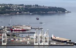 Imagen de archivo del muelle del puerto de Seattle, EEUU, ago 21, 2012. El crecimiento económico de Estados Unidos en el tercer trimestre podría sorprender al alza, luego de la publicación de datos gubernamentales el miércoles que mostraron que el déficit comercial de bienes se redujo con fuerza en septiembre, a un mínimo en siete meses.  REUTERS/Anthony Bolante