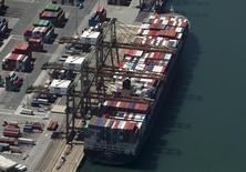 Le port de Long Beach, en Californie. La croissance de l'économie américaine au troisième trimestre pourrait se révéler meilleure qu'attendu jusqu'à présent, le département du Commerce ayant fait état mercredi d'une réduction plus marquée qu'anticipé du déficit commercial en septembre. Les économistes estiment désormais que le commerce extérieur a représenté sur la période une contribution négative au PIB de 0,1 point seulement, alors qu'ils l'évaluaient à 0,8 point auparavant. /Photo prise le 5 août 2015/REUTERS/Mike Blake