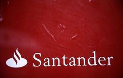Santander a fait état jeudi d'une hausse de près de 5% de son bénéfice net au titre du troisième trimestre en dépit de l'impact défavorable de la dépréciation des devises de pays dans lesquels la première banque de la zone euro est très implantée, comme le Brésil. /Photo prise le 3 février 2015/REUTERS/Andrea Comas