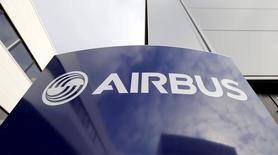 La Chine a signé jeudi une commande portant sur l'acquisition de 30 long-courriers A330 et 100 moyen-courriers A320 auprès d'Airbus pour un prix catalogue total, purement indicatif, de 15,5 milliards d'euros. /Photo prise le 4 décembre 2014/REUTERS/ Regis Duvignau/Files