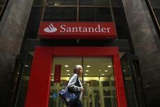 Una mujer camina delante de una sucursal del Banco Santander, en el centro de Río de Janeiro, 19 de agosto de 2014. Banco Santander Brasil, el mayor banco extranjero en el país, superó las estimaciones de ganancias para el tercer trimestre gracias a que los ingresos por interés crecieron a un ritmo más acelerado que el de las provisiones por créditos impagos. REUTERS/Pilar Olivares