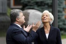 Президент Украины Петр Порошенко и глава МВФ Кристин Лагард во время встречи в Киеве. 6 сентября 2015 года. Миссия МВФ может вернуться в Киев на следующей неделе, и Нацбанк Украины рассчитывает до конца года увеличить резервы за счет очередного транша от ключевого кредитора в условиях возвращения волатильности на валютный рынок, сказала глава центробанка в четверг. REUTERS/Valentyn Ogirenko