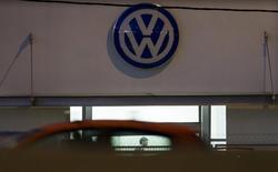 Volkswagen pense qu'un nombre maximum de 20 personnes sont responsables de la falsification des tests d'émission de ses voitures diesel, a déclaré jeudi une source proche du dossier. /Photo prise le 28 octobre 2015/REUTERS/Sergio Perez