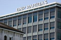 """BNP Paribas a annoncé vendredi un produit net bancaire (+8,5%) et des bénéfices (1,826 milliard d'euros) en hausse pour le troisième trimestre, le groupe bancaire disant avoir bénéficié d'une """"reprise progressive de la croissance en Europe"""" sans trop avoir souffert de la volatilité des marchés financiers sur la période. /Photo d'archives/REUTERS/Pierre Albouy"""
