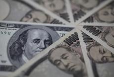 Банкноты доллара США и японской иены. Токио, 28 февраля 2013 года. Курс доллара к иене снижается, так как Банк Японии вопреки некоторым прогнозам не изменил политику. REUTERS/Shohei Miyano
