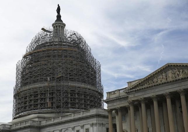 10月30日、米上院は、連邦債務の上限引き上げを盛り込んだ2016、17会計年度の予算案を可決した。写真は米連邦議事堂、2014年11月撮影(2015年 ロイター/Gary Cameron)