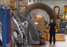 L'activité dans le secteur manufacturier a progressé de façon modérée en octobre, sous l'effet d'une première hausse des commandes depuis un an et demi, selon l'indice Markit. L'indice du secteur est ressorti à 50,6, légèrement sous sa première estimation (50,7) et stable par rapport à son niveau de septembre. /Photo d'archives/REUTERS/Vincent Kessler