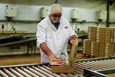 En la imagen, el empresario Xavier Espuña, de 63 años, en la fábrica familiar en Olot el 18 de septiembre de 2015. El programa de estímulos del Banco Central Europeo hizo poco por estimular el crecimiento del sector manufacturero de la zona euro, según un sondeo difundido el lunes, y las fábricas recurrieron de nuevo a un recorte de precios para impulsar el comercio. REUTERS/Siu Wu