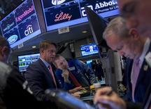 Operadores trabajando en la Bolsa de Nueva York, 30 de octubre de 2015. Los futuros de las acciones de Estados Unidos subían levemente el lunes a medida que los inversores asimilaban datos sobre la actividad fabril de China y Alemania, antes de divulgarse cifras de manufacturas en Estados Unidos y reportes de resultados corporativos. REUTERS/Brendan McDermid