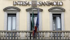 Intesa Sanpaolo annonce une baisse de son revenu net d'intérêts, au troisième trimestre dans un contexte de taux d'intérêt bas et de recul du bénéfice de trading, ce qui a fait chuter le cours de son action en Bourse de Milan. Le revenu net d'intérêts permet de mesurer la rentabilité du coeur de métier d'une banque de détail. /Photo d'archives/REUTERS/Stefano Rellandini