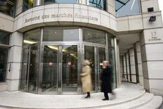 L'Autorité des marchés financiers (AMF) a requis mercredi des amendes de 5 millions d'euros minimum contre l'américain Virtu Financial et de 4 millions contre Euronext Paris dans une affaire de trading à haute fréquence (THF), selon l'AFP. Il a été reproché à Virtu Financial d'avoir manipulé les cours de 27 titres de l'indice CAC 40,  et à Euronext d'avoir manqué à ses obligations de neutralité et d'impartialité vis-à-vis des autres intervenants. /Photo d'archives/REUTERS/Benoît Tessier