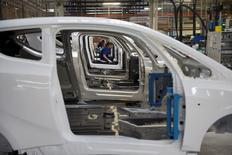 Le secteur de l'automobile (-2,87%) accuse la seule baisse sectorielle en Europe, de nouvelles informations concernant Volkswagen (-8,74%) incitant les investisseurs à sortir de ces valeurs. A l'heure où l'indice CAC 40 gagne 0,88%, PSA cède 2,88%, Valeo 2,36%, Renault 2,13% et Faurecia 2,12%. /Photo d'archives/REUTERS/Philippe Wojazer