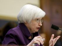 """La presidenta de la Reserva Federal, Janet Yellen, testifica ante el Congreso, en Washington, 4 de noviembre de 2015. La economía de Estados Unidos """"se está desempeñando bien"""" y podría justificar un alza de tasas en diciembre, dijo el miércoles ante el Congreso la presidenta de la Reserva Federal, Janet Yellen. REUTERS/Gary Cameron"""