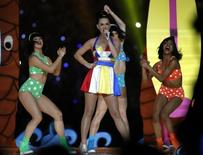 Katy Perry performs during the halftime show at the NFL Super Bowl XLIX football game between the Seattle Seahawks and the New England Patriots in Glendale, Arizona, February 1, 2015.   REUTERS/Lucy Nicholson