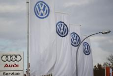 Les premiers effets négatifs du scandale des tests d'émissions faussés de Volkswagen sur les ventes se sont fait sentir en octobre en Europe occidentale, dont la croissance générale a ralenti à 2,7%, selon le consultant LMC Automotive. /Photo prise le 4 novembre 2015/REUTERS/Wolfgang Rattay