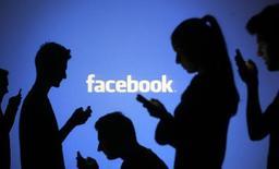 Facebook qui a fait état d'un bond de 40,5% de son chiffre d'affaires au troisième trimestre grâce au lancement d'un nouveau service publicitaire et à des mises à jour de son application mobile, à suivre jeudi sur les marchés américains. /Photo d'archives/REUTERS/Dado Ruvic