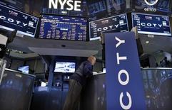 Логотип Coty Inc на фондовой бирже в Нью-Йорке. 13 июня 2013 года. Парфюмерная компания Coty Inc сообщила о более низкой, чем ожидалось, квартальной выручке в связи со слабым спросом на парфюмерию и средства по уходу за кожей и телом. REUTERS/Brendan McDermid