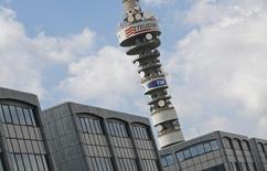 Le conseil d'administration de Telecom Italia a donné jeudi son feu vert pour la conversion de ses six milliards d'actions d'épargne ou actions à dividende prioritaire (ADP) en actions ordinaires. Cette mesure est destinée à générer de la trésorerie pour le groupe lourdement endetté. /Photo d'archives/REUTERS/Max Rossi