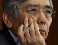 Глава Банка Японии Харухико Курода на пресс-конференции в Токио. 7 октября 2015 года. Глава Банка Японии Харухико Курода полагает, что длительное и более глубокое, чем ожидалось, замедление роста экономики Китая и других развивающихся стран является основным фактором риска для японской экономики. REUTERS/Issei Kato