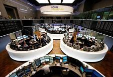 Les Bourses européennes ont ouvert vendredi en léger repli, à l'exception de Londres qui est stable, affectées par des annonces décevantes de plusieurs grands noms de la cote, dans des marchés par ailleurs attentistes avant la publication cet après-midi du rapport d'octobre sur l'emploi aux Etats-Unis. À Paris, l'indice CAC 40 perd 0,52% vers 09h30 et à Francfort, le DAX cède 0,16%. /Photo d'archives/REUTERS/Ralph Orlowski