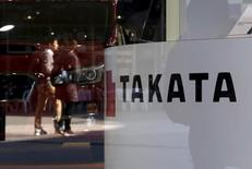 Takata a revu en baisse vendredi sa prévision de bénéfice annuel dans la mesure où les grands constructeurs automobiles tendent dorénavant à privilégier d'autres airbags que les siens, au coeur d'un massif rappel de véhicules à l'échelle mondiale pour des raisons de sécurité. /Photo prise le 6 novembre 2015/REUTERS/Toru Hanai