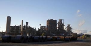 Комбинат ArcelorMittal под Марселем. 15 октября 2015 года. Крупнейший в мире производитель стали ArcelorMittal сократиил прогноз прибыли на 2015 год на фоне падения цен на сталь из-за наплыва на мировой рынок дешевого китайского экспорта. REUTERS/Jean-Paul Pelissier