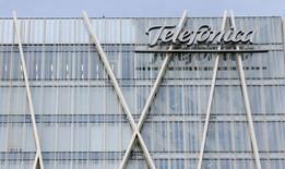 El logo de Telefónica en su sede en Barcelona el 25 de febrero de 2015. La firma española de telecomunicaciones Telefónica compensó el impacto de las devaluaciones en Brasil con la consolidación de las compras realizadas en los últimos meses y la monetización de la subida de precios en España para mostrar alzas en sus ingresos y el OIBDA del tercer trimestre. REUTERS/Albert Gea