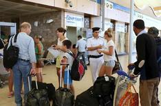 """Туристы в аэропорту Шарм-эш-Шейха 6 ноября 2015 года. Россия сообщила в пятницу, что вслед за странами Европы приостановит регулярные рейсы в популярный у туристов Египет до выяснения обстоятельств катастрофы своего лайнера, ответственность за которую взяло """"Исламское государство"""". REUTERS/Asmaa Waguih"""