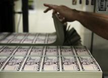 Plantillas de billetes de cinco dólares en la Casa de la Moneda de Estados Unidos en Washington, mar 26, 2015. El dólar subía el viernes a un máximo de más de seis meses luego de datos que mostraron que la economía estadounidense creó más empleos de los esperados en octubre, lo que refuerza los argumentos para que la Reserva Federal suba las tasas de interés el mes próximo.  REUTERS/Gary Cameron